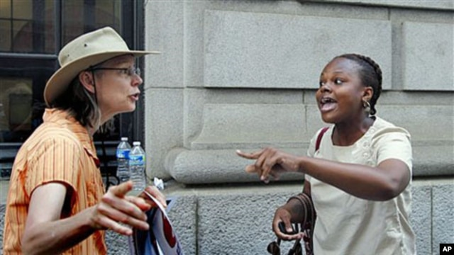 Crystal Johnson (R), a supporter of President Barack Obama's healthcare overhaul, debates with a protester outside the 11th Circuit Court of Appeals in Atlanta, June 2011. (file photo)