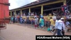 Au marché de Nyawera les activités se déroulent normalement, Bukavu, Sud-Kivu, RDC, 15 novembre 2017. (VOA/Ernest Muhero)