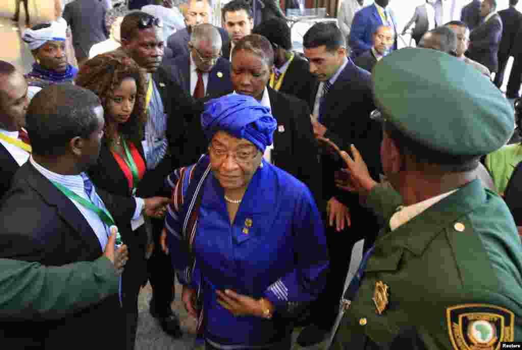 Rais Ellen Johnson-Sirleaf wa Liberia awasili kuhudhuria sherhe za ufunguzi wa mkutano wa 22 wa viongozi wa Umoja wa Afrika AU, mjini Addis Ababa, Jan. 30, 2014.
