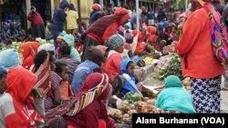 Suasana sebuah pasar di Papua. Perebakan virus corona di Papua, Senin, 13 April 2020, makin memprihatinkan seiring bertambahnya jumlah kasus dan wilayah yang terjangkit. (Foto: Alam Burhanan/VOA)