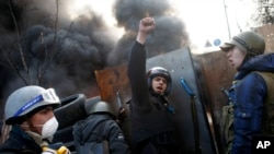 反政府抗议者2月21日在基辅独立广场设置路障