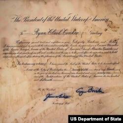 前美国大使克罗克在派驻叙利亚期间受损的到任国书--抗议者入侵使馆导 致许多文件受损 (照片来源﹕美国国务院)