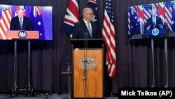 Thủ tướng Australia Scott Morrison (giữa) họp báo chung với lãnh đạo của Mỹ và Anh qua đường truyền video, 16/9/2021.
