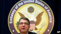 美國國防部副部長阿什頓•卡特星期一在美國駐韓國首爾大使館舉行新聞發佈會