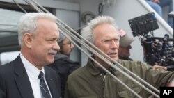 """Clint Eastwood dan Tom Hanks di lokasi pembuatan film """"Sully"""" (2016)."""