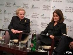 前美国务卿奥尔布赖特(左)与会议主持人易明 (美国之音记者莉雅拍摄)