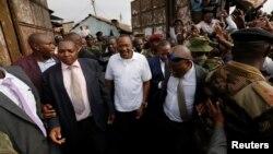 1일 케냐 대법원이 대선 결과 무효 판결을 내린 후 우후루 케냐타 케냐 대통령이 나이로비의 한 시장에서 지지자들과 만나고 있다.