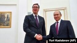 Predsjednici Rusije i Srbije Vladimir Putin i Aleksandar Vučić rukuju se tokom susreta u Moskvi, 2. oktobra 2018.