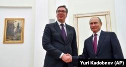 Predsednici Rusije i Srbije Vladimir Putin i Aleksandar Vučić rukuju se tokom susreta u Moskvi, 2. oktobra 2018.