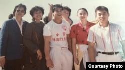 上世纪80年代,薛荫娴(左)和中国体育代表团,中间穿白色T恤者为李宁(受访者提供)
