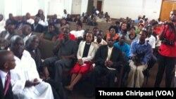 Des Zimbabwéens réunis dans une église pour prier pour la fin de la xénophobie en Afrique du Sud et les victimes.