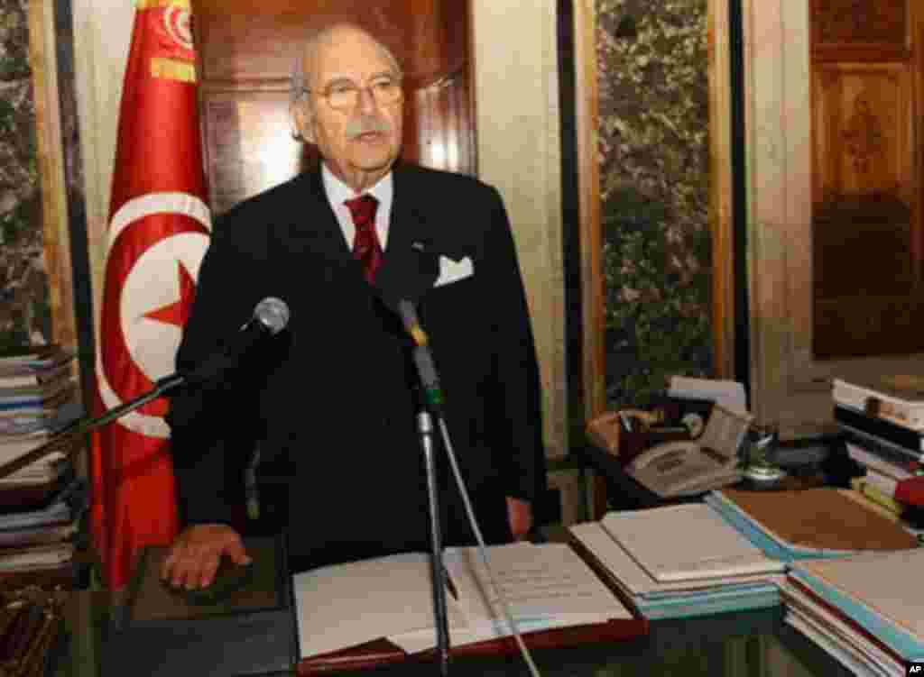 Le nouveau président tunisien, Foued Mebazaa, prêtant serment à l'Assemblée nationale tunisienne, à Tunis, le 15 janvier 2011