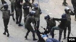 La secretaria Clinton dijo que la violencia en Egipto provocaba consternación y que servía como sistemática degradación de las mujeres.