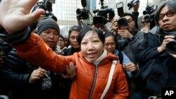 Cô Erwiana Sulistyaningsih, 23 tuổi, là người giúp việc cho bà Law. Cô tố cáo đã bị bà Law bỏ đói, đánh đập và lăng mạ. Vụ án này làm nhiều người trên thế giới phẫn nộ và góp phần thu hút sự chú ý tới tình cảnh của khoảng 300.000 người làm nghề giúp việc nhà ở Hồng Kông.