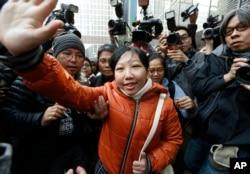 Erwiana Sulistyaningsih (tengah) melambaikan tangan ke arah pendukungnya saat tiba di pengadilan di Hong Kong, 10 Februari 2015.