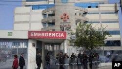 La police anti-émeute monte la garde devant la clinique Centenario où l'ancien président du Pérou, Alberto Fujimori, est hospitalisé à Lima, au Pérou, le 4 octobre 2018.