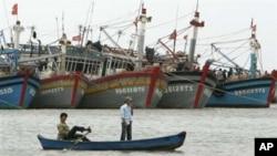 Ngư dân Việt Nam chèo thuyền ở Vũng Tàu