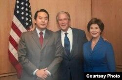 에이드리언 홍이 조지 부시 전 대통령 부부와 촬영한 사진. '자유조선에 자유를' 웹사이트에 게재됐다.