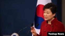 박근혜 한국 대통령이 13일 청와대 춘추관 브리핑룸에서 대국민 담화 발표를 하고 있다.