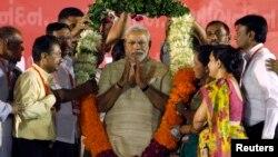အိႏၵိယဝန္ႀကီးခ်ဳပ္သစ္အျဖစ္ က်န္းသစၥာက်ိန္ဆိုေတာ့မယ့္ ဟိႏၵဴအမ်ဳိးသားေရးဝါဒီျဖစ္တဲ့ မစၥတာ Narendra Modi ကိုေထာက္ခံသူေတြက ေပးပို႔တဲ့ပန္းကုန္းနဲ႔အတူ။