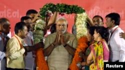 2014年5月20日,印度當選總理莫迪的支持者獻給他一串花圈。