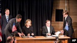 "Secretary of State Hillary Clinton, Prime Minister John Key, Foreign Minister McCully at the signing of the ""Wellington Declaration"" in 2010."