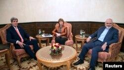 دیدار جان کری وزیر خارجه آمریکا (چپ)، محمدجواد ظریف وزیر خارجه ایران (راست) و کاترین اشتون هماهنگکننده گروه ۱+۵ در مسقط پایتخت عمان – ۱۹ آبان ۱۳۹۳