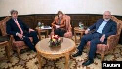 Menlu AS John Kerry (kiri), utusan Uni Eropa Catherine Ashton, dan Menlu Iran Mohammad Javad Zarif dalam pertemuan di Muscat, Oman (10/11).