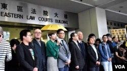 支持者到場聲援9名出庭應訊的雨傘運動人士,大批警員在場維持秩序。(美國之音湯惠芸)