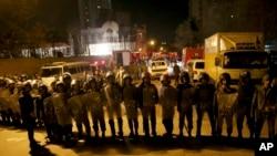 伊朗安全部队守卫在沙特阿拉伯大使馆外,同时,一群示威者抗议沙特处死什叶派教士奈米尔。(2016年1月3日)