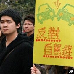 香港民眾自制標語牌抗議粵港自駕遊
