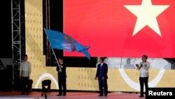 Cờ SEA Games được trao cho Việt Nam, nước đăng cai năm 2021, trong lễ bế mạc SEA Games 2019 tại Philippines.
