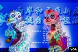 联谊会上传统的狮子舞表演(美国之音记者方正拍摄)