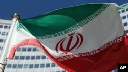 이란 핵 협상이 벌어진 오스트리아 빈 유엔 빌딩 앞에서 이란 국기가 휘날리고 있다.