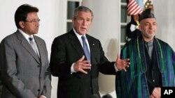 Os presidentes Pervez Musharraf (esq) do Paquistão, George W. Bush (centro), dos Estados Unidos e Hamid Karzai do Afeganistão, na Casa Branca, em 2007