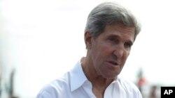 Menlu AS John Kerry memberikan keterangan kepada media terkait penggerebekan teroris di Afrika Utara oleh tentara AS, saat meninjau pabrik pengolahan tuna di Bali (6/10).