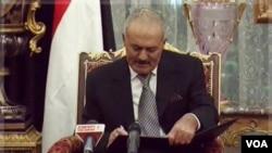 """El Parlamento yemení concedió el sábado inmunidad """"total"""" a Saleh frente a su persecución por la muerte de manifestantes durante las protestas del año pasado."""