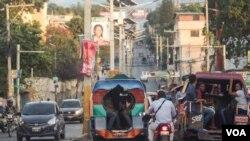 Tap Tap mwayen transpòtasyon ki pi kouran ann Ayiti. 2 tap tap kap desann sou oto wout Delmas. Foto: Arthur Jean Pierre/ VOA, 18 fevriye 2019, Delmas, Ayiti.
