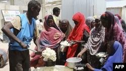 Phụ nữ và trẻ em Somalia xếp hàng chờ nhận thức ăn được Chương trình Lương thực Thế giới phân phát tại Mogadishu
