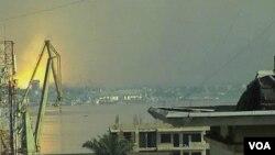 Dari pusat kota Kinshasa, nampak kepulan asap akibat ledakan di ibukota Kongo, Brazzaville, yang menewaskan sekitar 200 orang (Foto: dok).