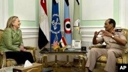 이집트 후세인 탄타위 군 최고위원회 위원장과 회담을 나누는 힐러리 클린턴 미국 국무장관