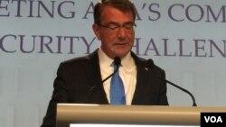 美国防部长卡特在香格里拉对话上发表主旨演讲(美国之音莉雅拍摄)