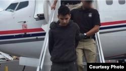 移民局探员拘捕非法移民帮派成员