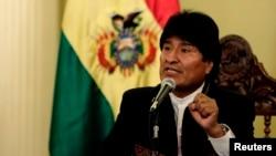 El presidente boliviano, Evo Morales, habla en una conferencia de prensa en La Paz tras su triunfo del domingo.