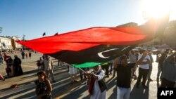 Mzee nchini Libya akishiriki katika maandamano katika uwanja wa mashahidi wa vita mjini Tripoli, eneo linaloshikiliwa na Serikali ya umoja wa kitaifa (GNA) inatambuliwa na UN, Juni 21, 2020.