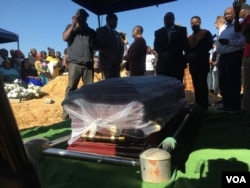 People attend the funeral on the outskirts of Harare of Sylvia Maposa, one of the six victims who died during opposition protests Wednesday in central Harare, Aug. 4, 2018. (C. Mavhunga/VOA)