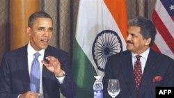Predsednik Obama i generalni direktor indijskog kocerna Mahindra i Mahindra, tokom susreta američkog predsednika sa indijskim privrednicima u Mumbaju