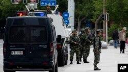Cảnh sát bán quân sự đứng gác trong thủ phu Urumqi