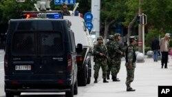 지난 5월 중국 신장 자치구 우루무치에서 중국 무장경찰이 순찰을 하고 있다.