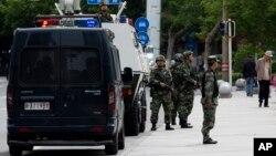 """Polisi paramiliter China melakukan penjagaan di Urumqi, ibukota provinsi Xinjiang (foto: dok). China mengatakan mereka menghadapi ancaman """"teror"""" mendesak, terutama di wilayah Xinjiang."""